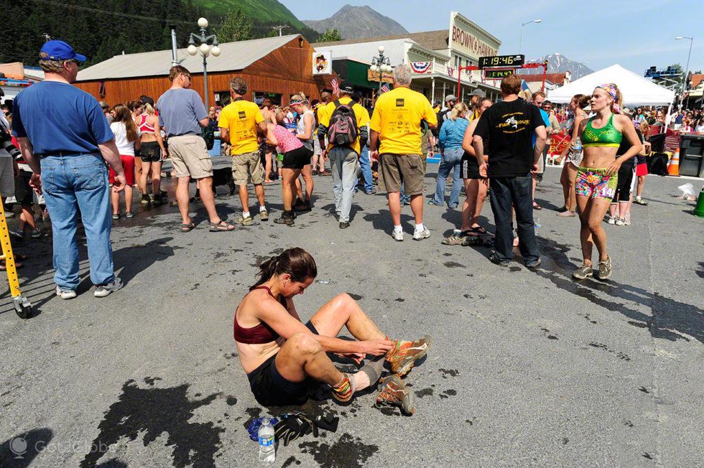 Atleta fim da Mount Marathon Race-Seward, Alasca, Estados Unidos