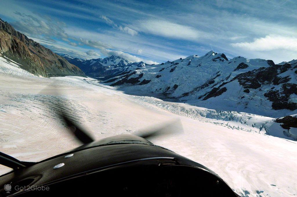 Avião ski plane sobre o glaciar Tasman, Alpes do sul, Nova Zelândia