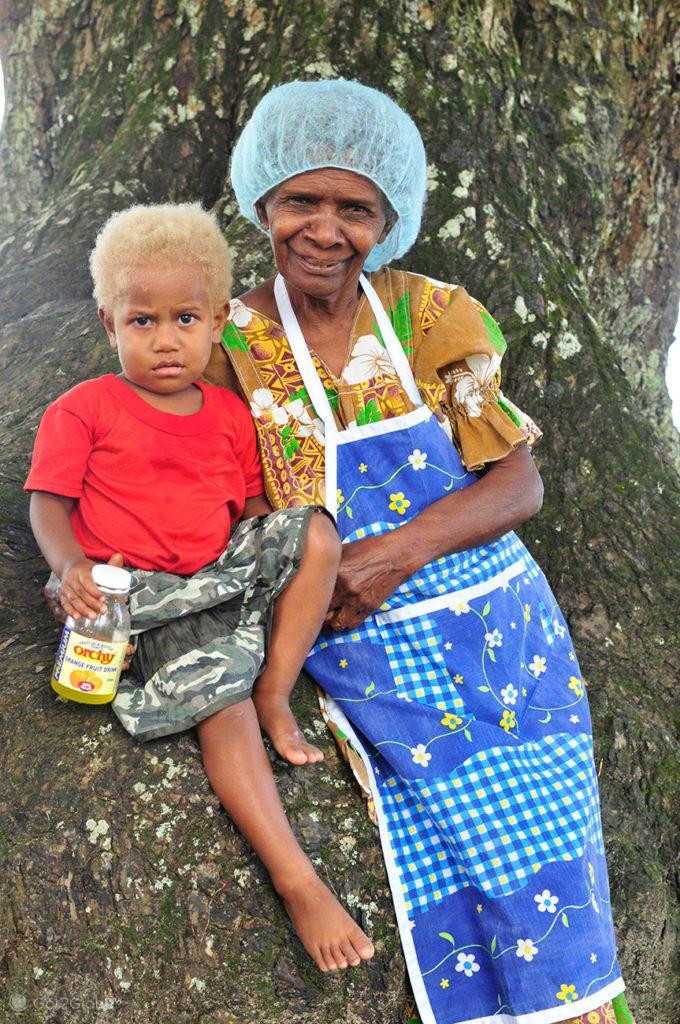 Avó e neto ni vanuatu, Unity Park-Luganville, Espiritu Santo, Vanuatu