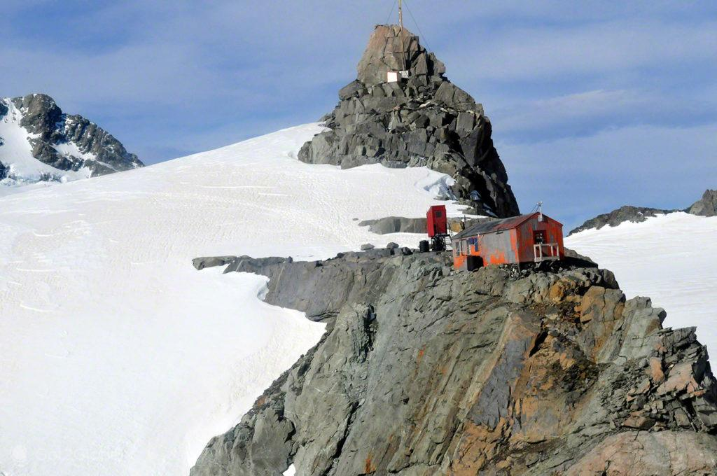 Cabana sobre falésia, Alpes do Sul, Nova Zelândia