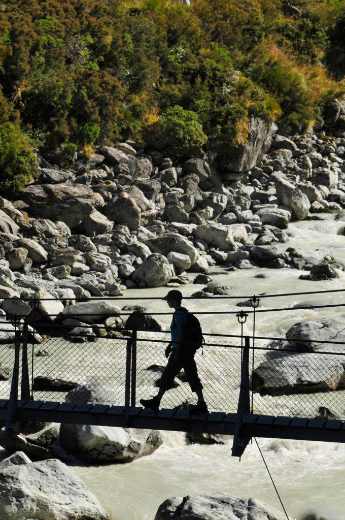 Caminhante sobre ponte Suspensa, Aoraki Mount cook national park, Nova Zelândia