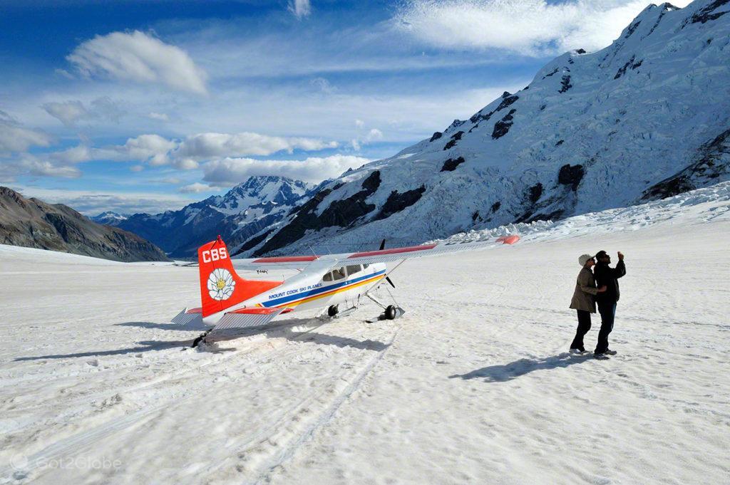 Casal junto a ski plane, Alpes do sul, Nova Zelândia