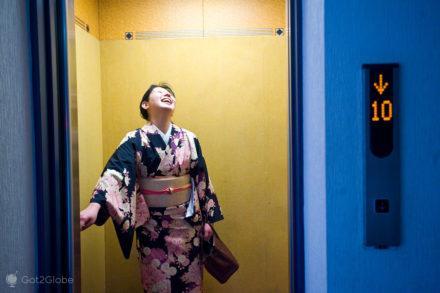 Em quimono de elevador, Osaka, Japão