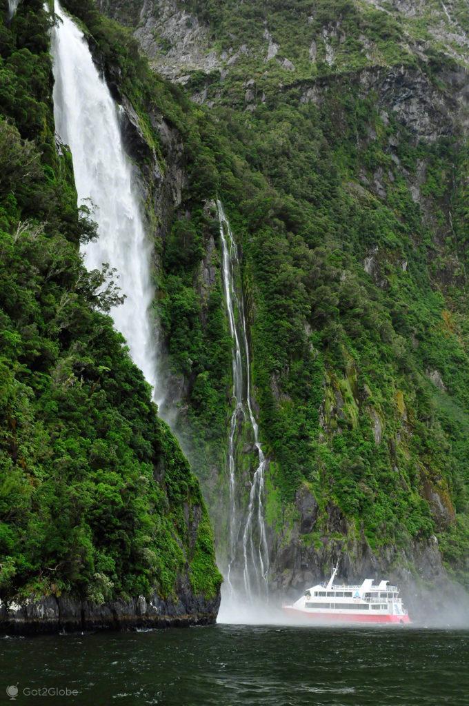 Ferry, Stirling Falls, Milford Sound, Fiordland, Nova Zelândia