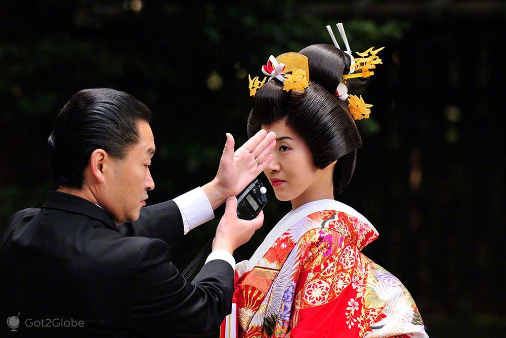 Fotógrafo mede a luz em noiva, casamento tradicional, templo Meiji, Tóquio, Japão