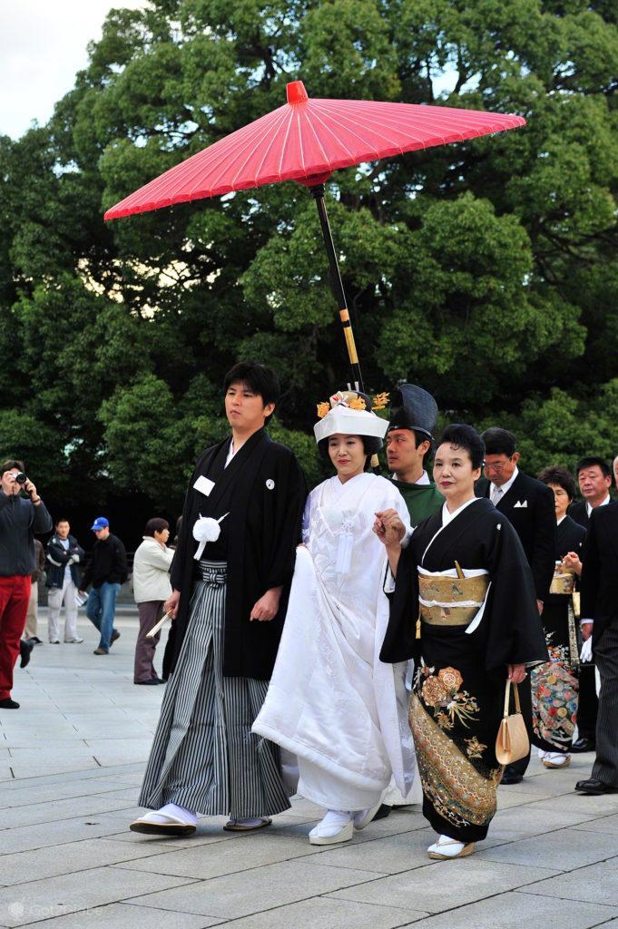 Noivos em cortejo, casamento tradicional, templo Meiji, Tóquio, Japão