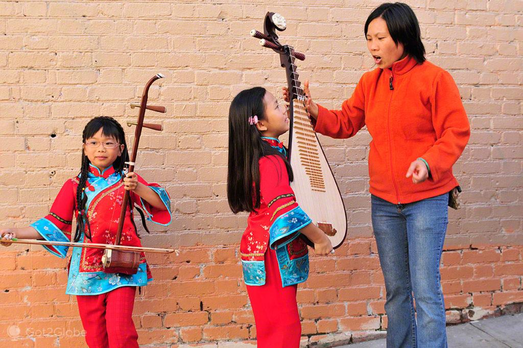 Jovens musicas com a mãe, Chinatown-Sao Francisco, Estados Unidos da America