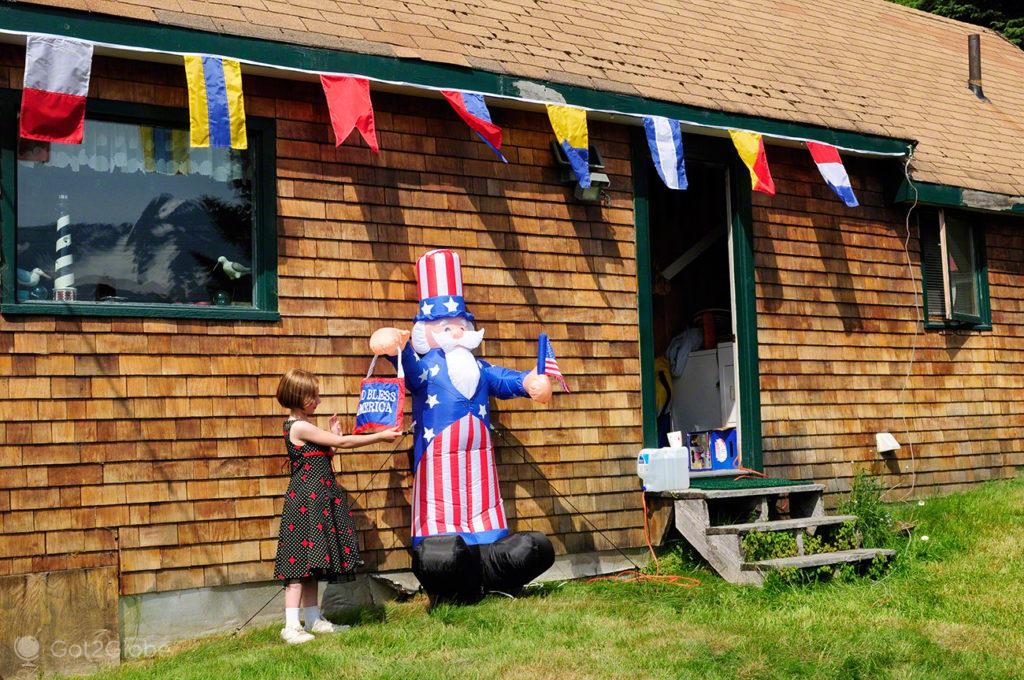 Menina e insuflável patriota, Seward, Alasca, Estados Unidos