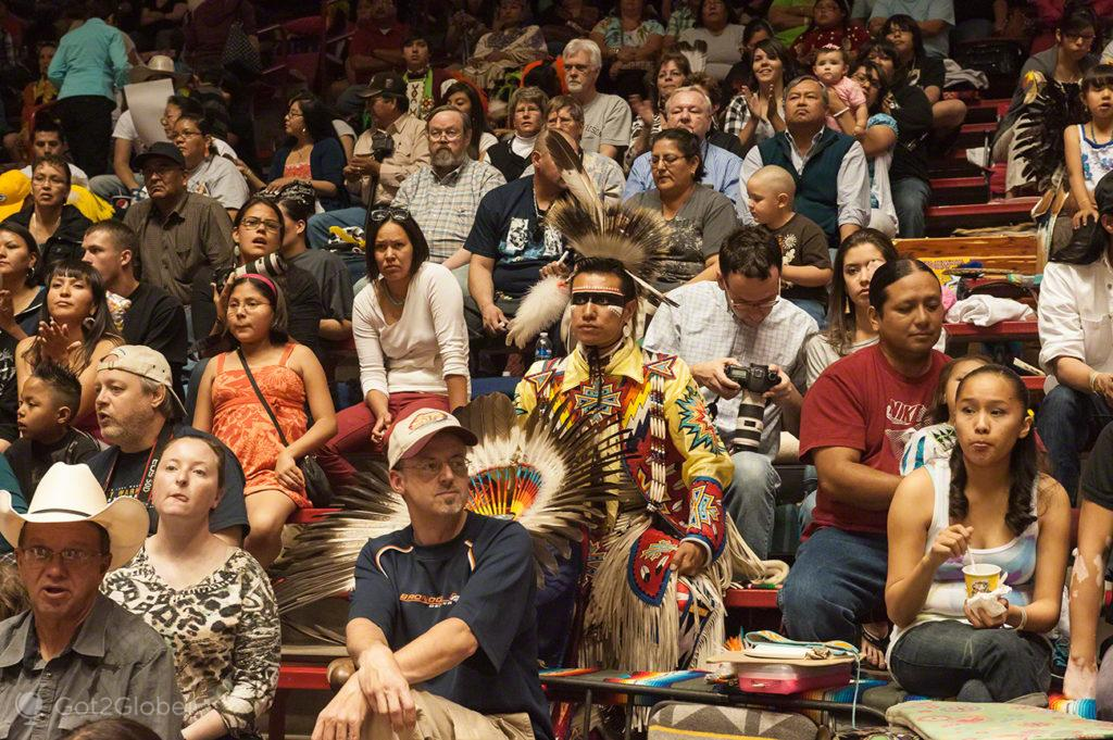 Nativo americano na multidão, Pow Pow-Albuquerque, Novo México, Estados Unidos