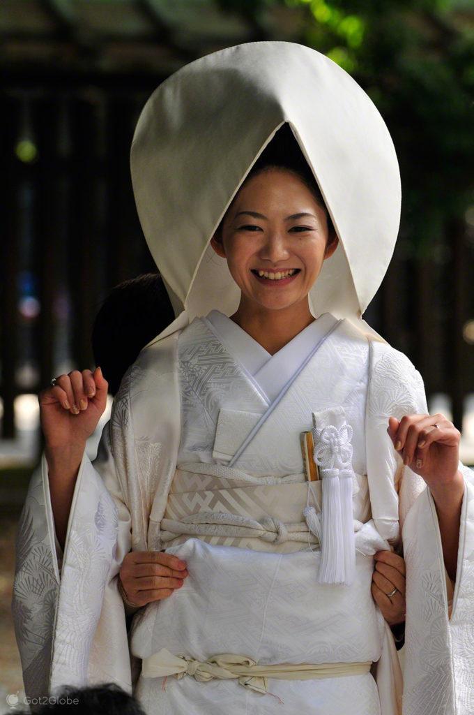 Costureiras acertam quimono, casamento tradicional, templo Meiji, Tóquio, Japão