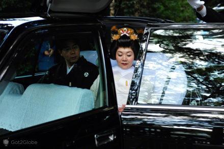 Noiva entra para carro, casamento tradicional, templo Meiji, Tóquio, Japão