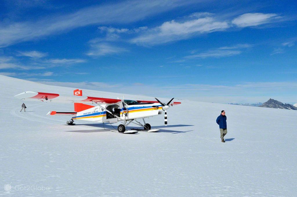 Piloto Wayne McMillan e avião da Mount Cook Ski planes, Alpes do sul, Nova Zelândia