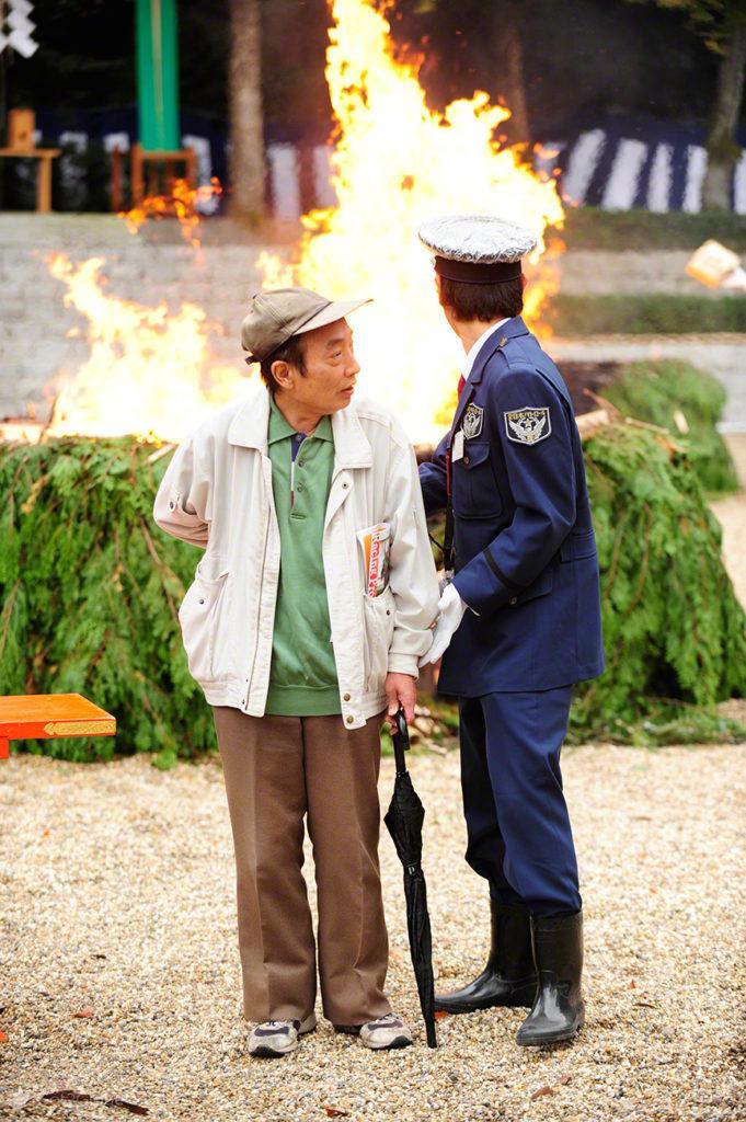 Policia impede espectador, Festival de Ohitaki, templo de fushimi, quioto, japao