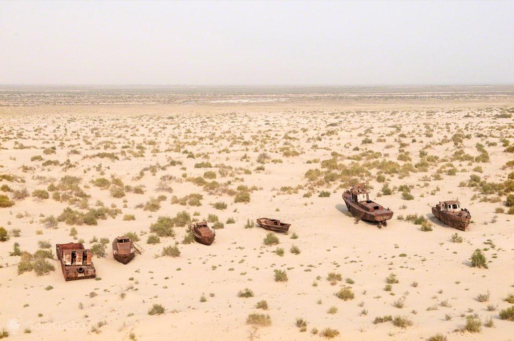 barcos em doca seca, Mar de Aral, Usbequistão
