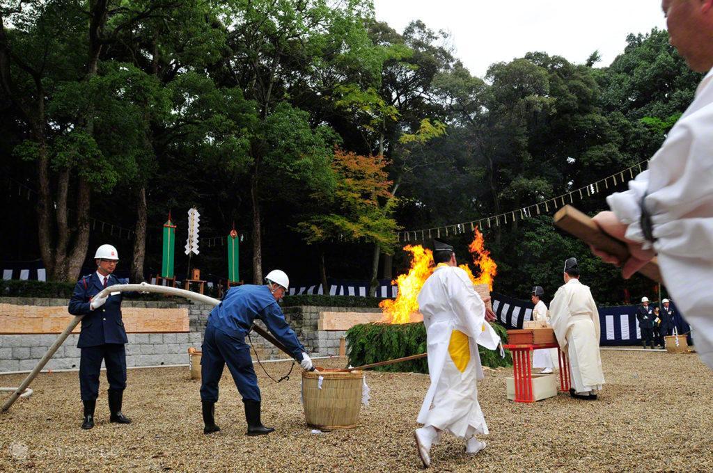 bombeiros apagam chamas, Festival de Ohitaki, templo de fushimi, quioto, japao