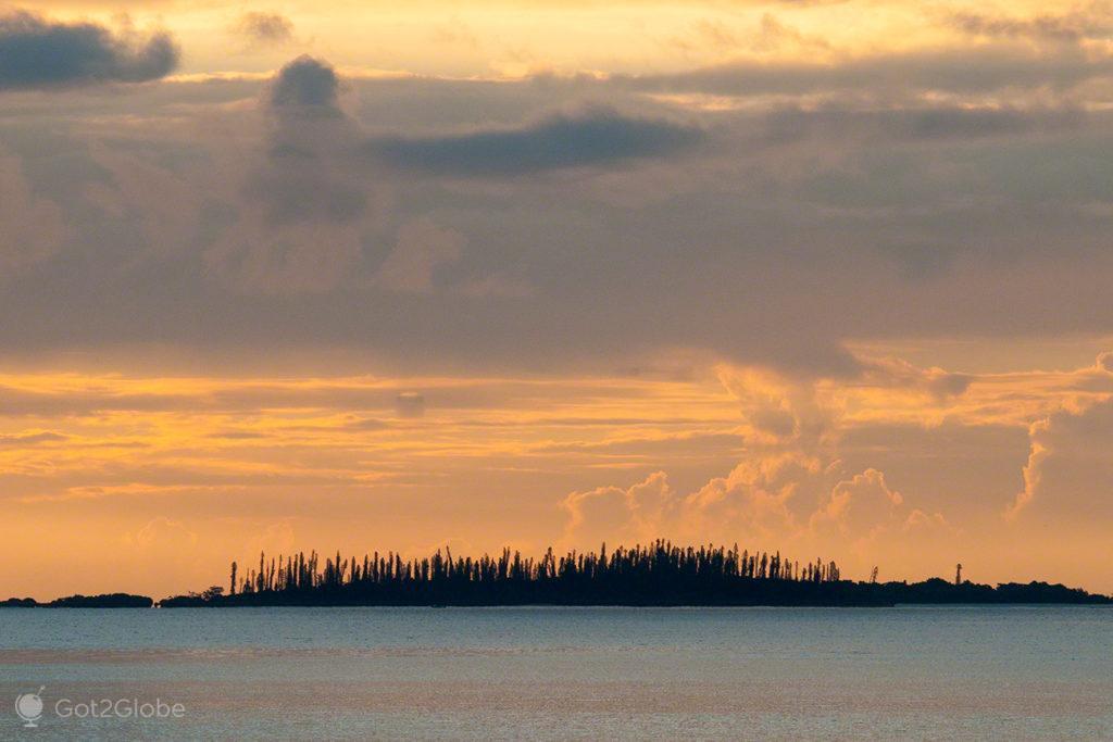 Crepusculo, pinheiros, Île des Pins, Nova Caledonia