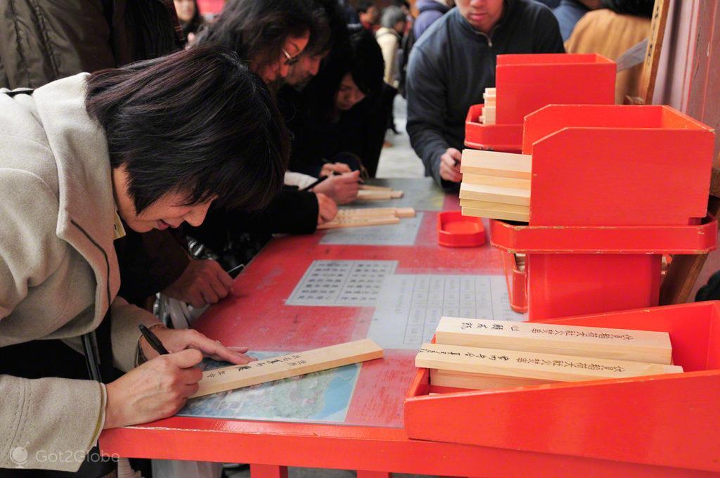 fieis escrevem preces, Festival de Ohitaki, templo de fushimi, quioto, japao