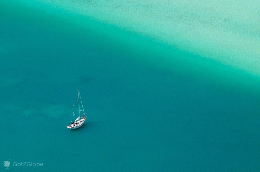 veleiro ancorado, mar, Maupiti, Ilhas sociedade, Polinesia Francesa