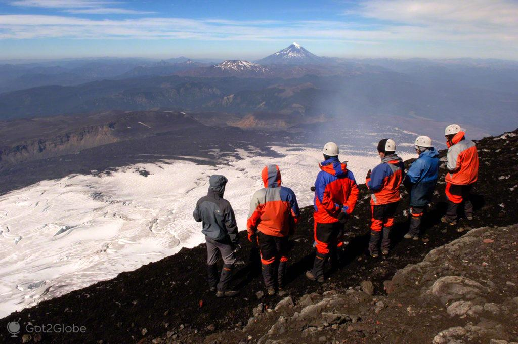 Grupo admira glaciar, vulcão villarrica, Pucon, Chile