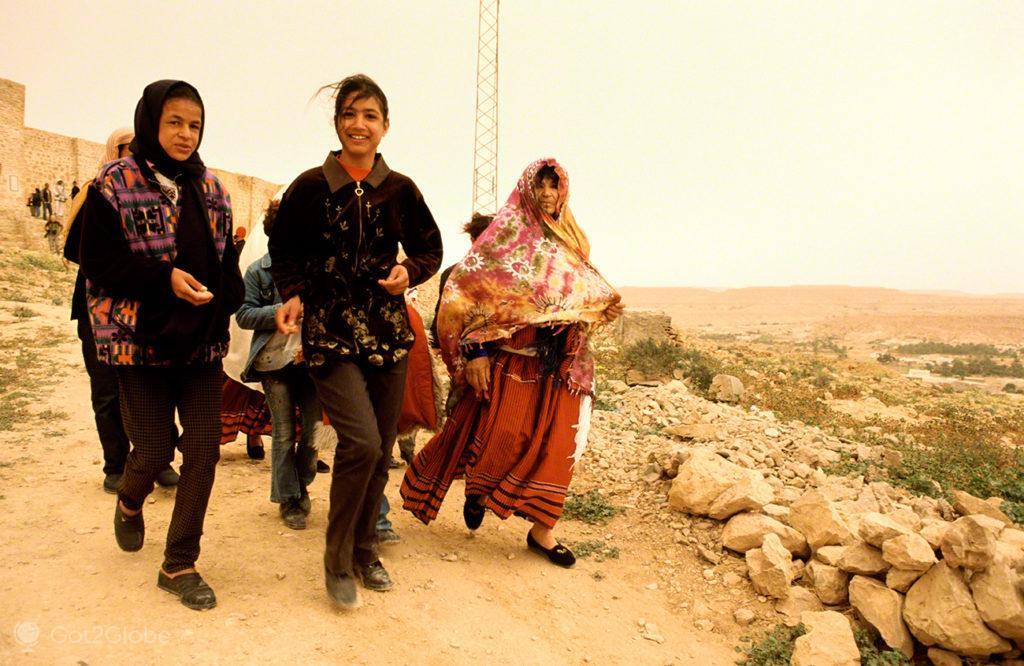 Mulheres a sair Ksar, festival dos ksour, tataouine, tunisia