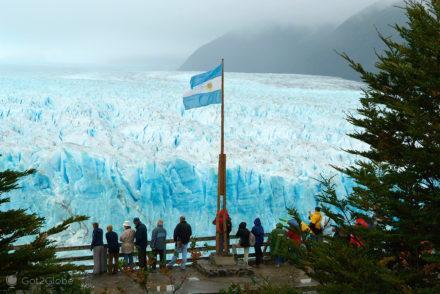 bandeira argentina no lago-glaciar perito moreno-argentina