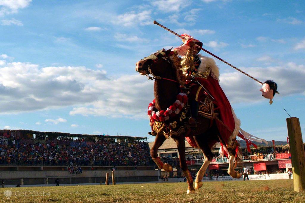 cavaleiro espeta cabeça, cavalhadas de pirenopolis, cruzadas, brasil