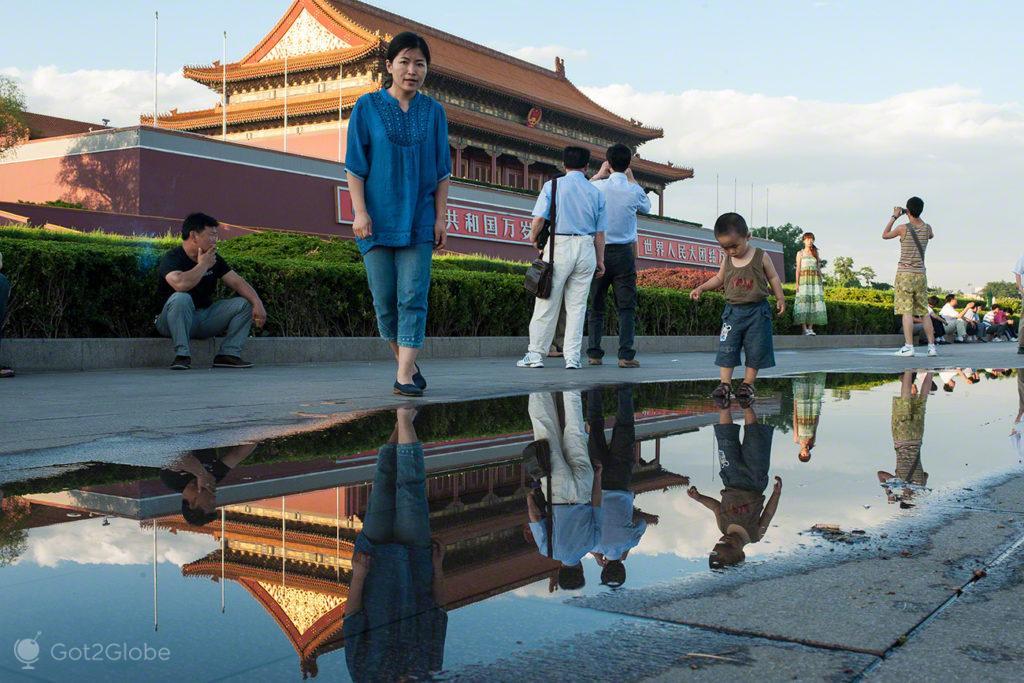 crianca, reflexo agua, coracao dragao, praca tianamen, Pequim, China