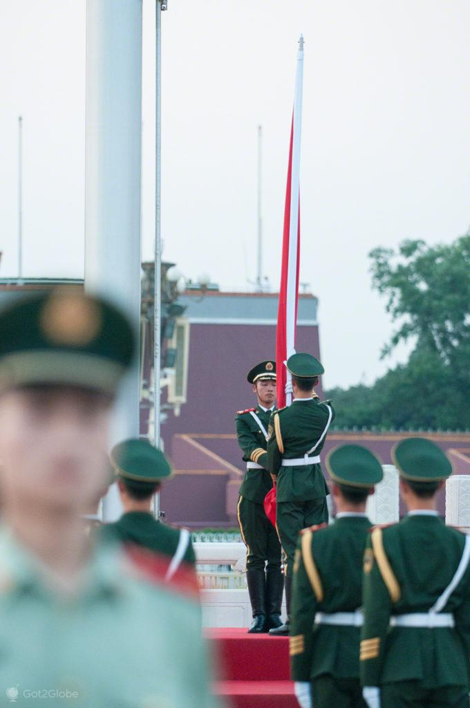 descer bandeira, soldados, coracao dragao, praca tianamen, Pequim, China