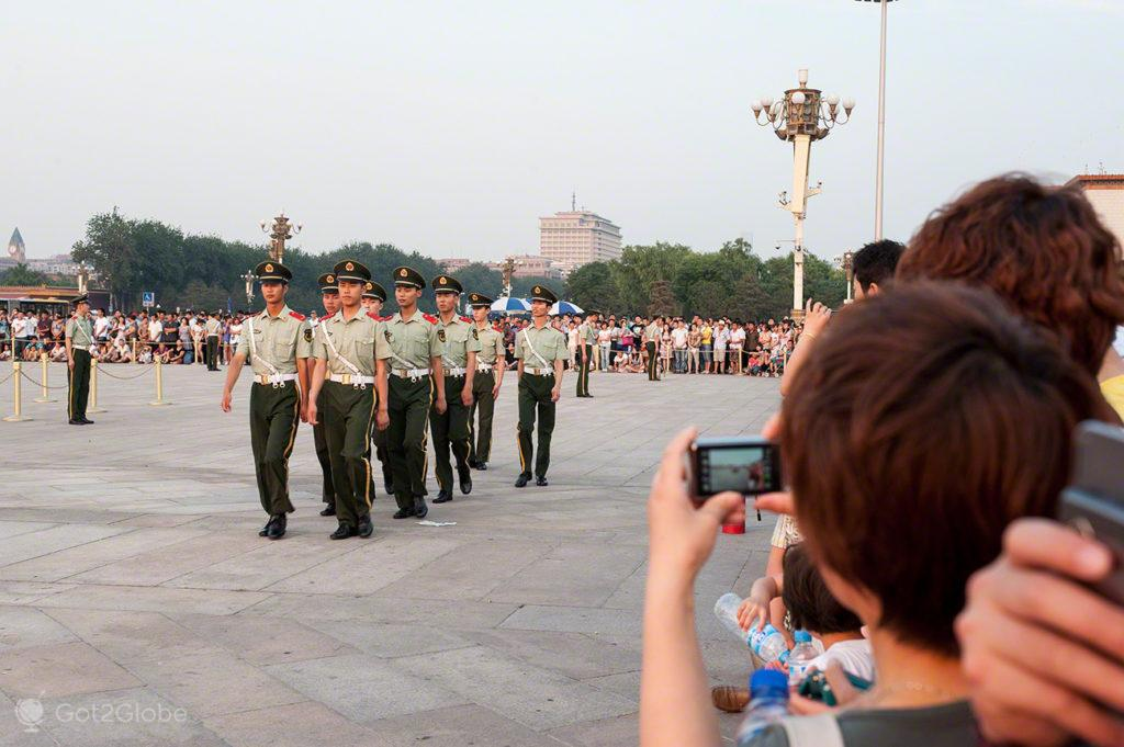 espectadores, cerimonia bandeira, coracao dragao, praca tianamen, Pequim,China