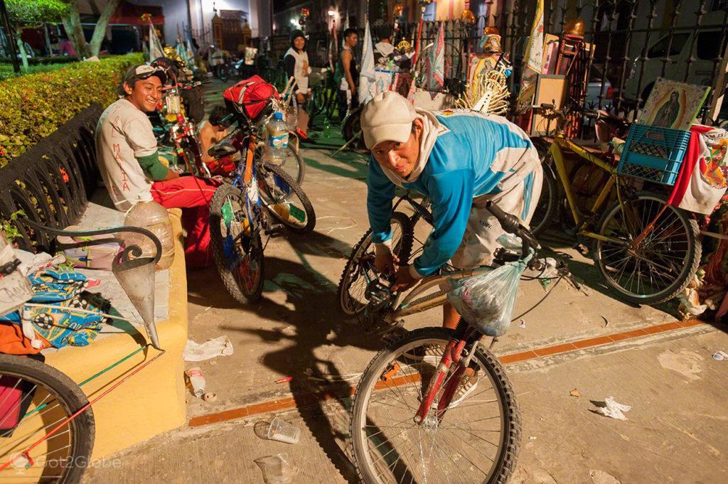 furo, bicicleta, reparacao, jovem, peregrino, nossa senhora, virgem, guadalupe, mexico