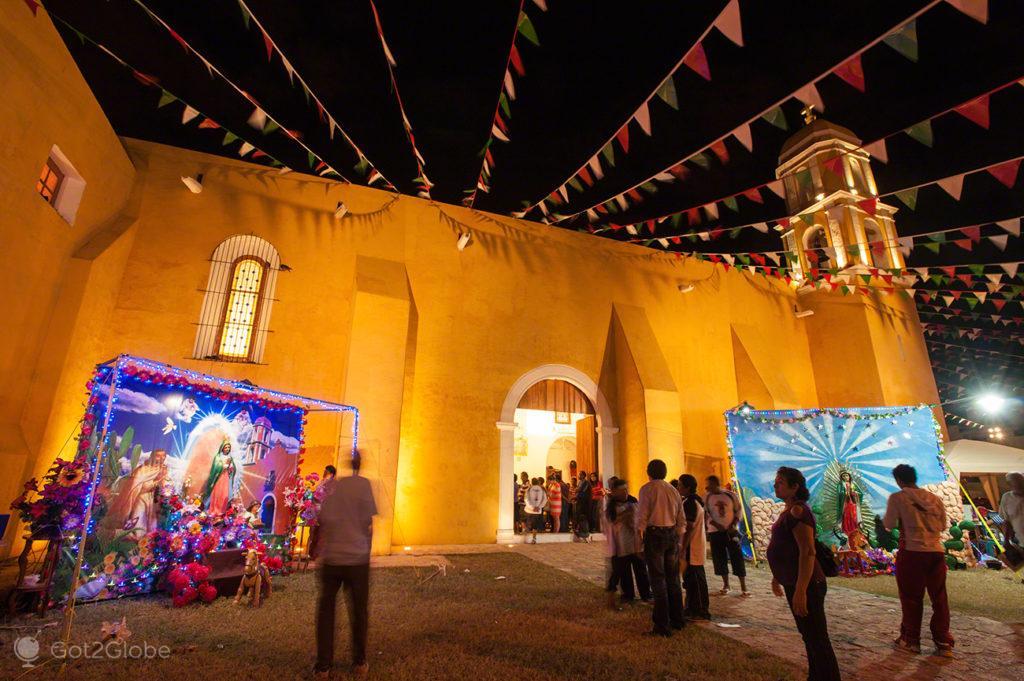igreja, fachada, iluminada, crentes-fieis, peregrinos, nossa senhora, virgem, guadalupe, mexico