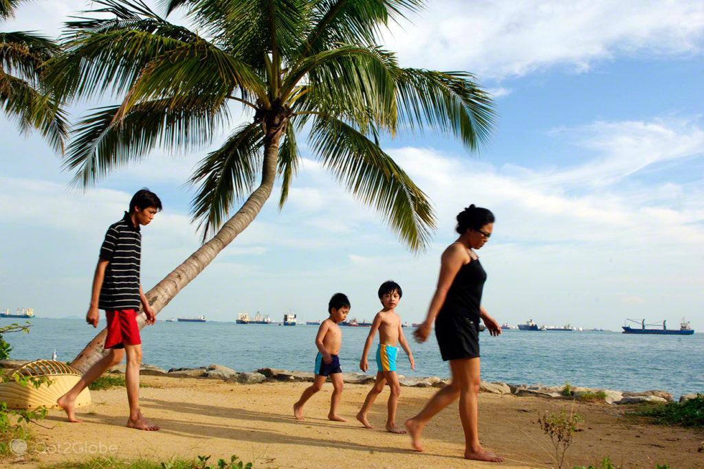 Ilha Sentosa, Singapura, Família em praia artificial de Sentosa