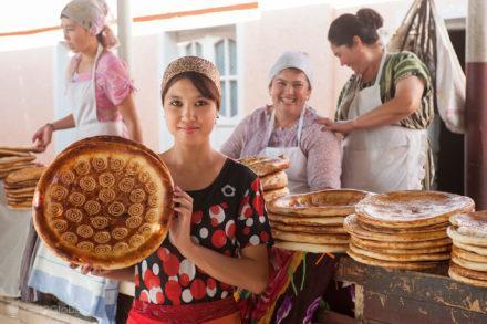 jovem vendedora, nacao, pao, uzbequistao