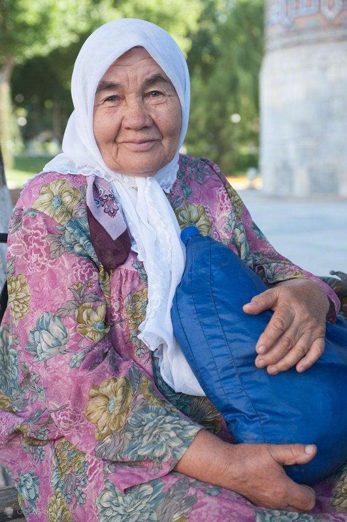 mulher, banco jardim, praca registao, rota da seda, samarcanda, uzbequistao
