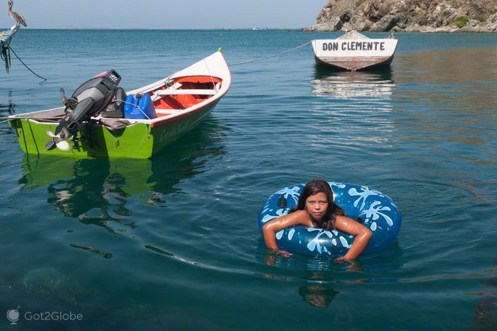 rapariga na boia, ilha margarita, PN mochima, venezuela