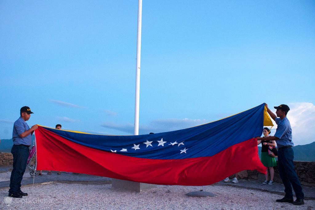 Recolher bandeira, mirador Juan Griego, Ilha Margarita, Venezuela
