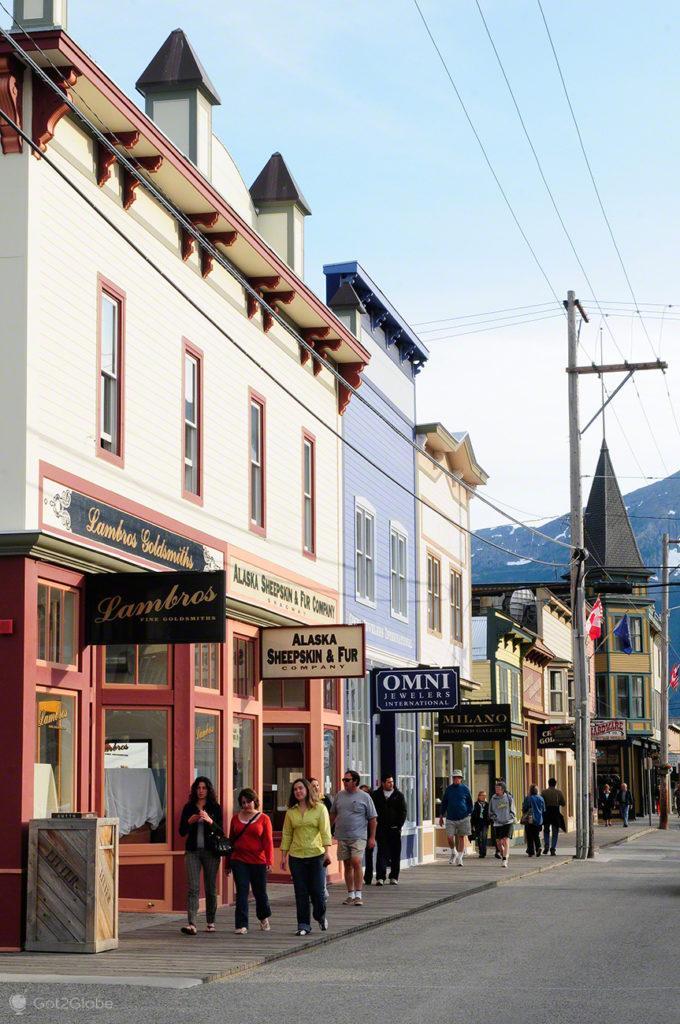 rua historica, transeuntes, Skagway, Rota do ouro, Alasca, EUA