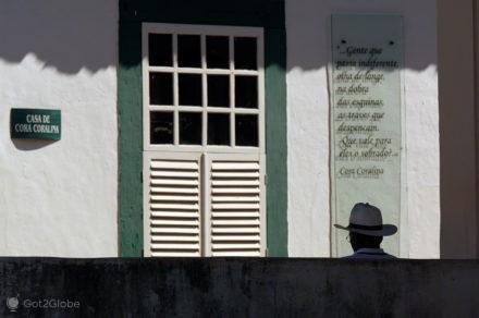 silhueta e poema, cora coralina, goias velho, brasil