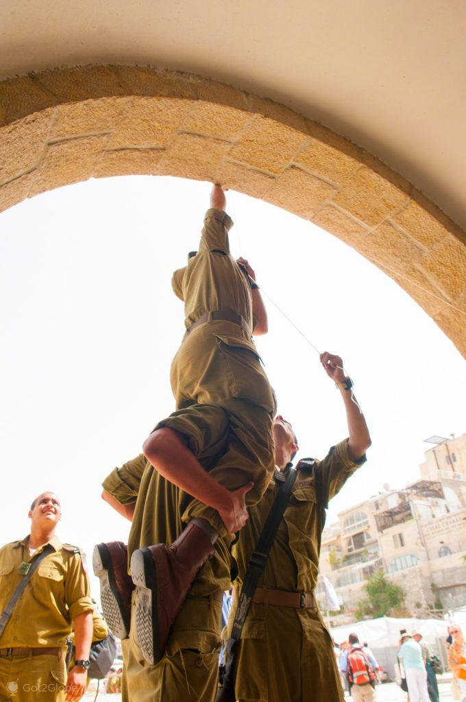 soldados, acrobatas, muro das lamentacoes, juramento bandeira IDF, Jerusalem, Israel