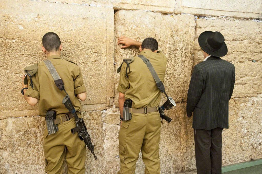soldados e judeu, muro das lamentacoes, juramento bandeira IDF, Jerusalem, Israel