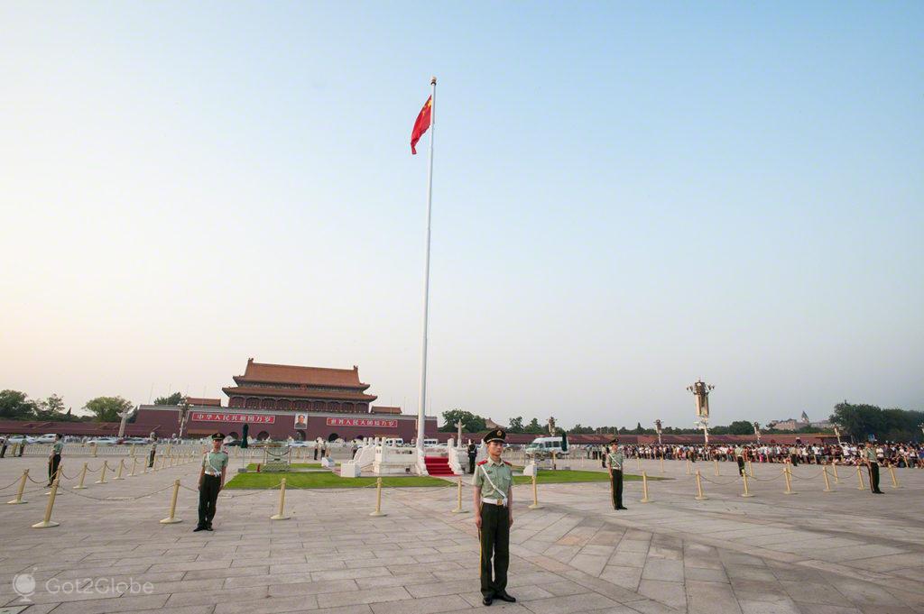soldados, guardam pedestal, coracao dragao, praca tianamen, Pequim, China