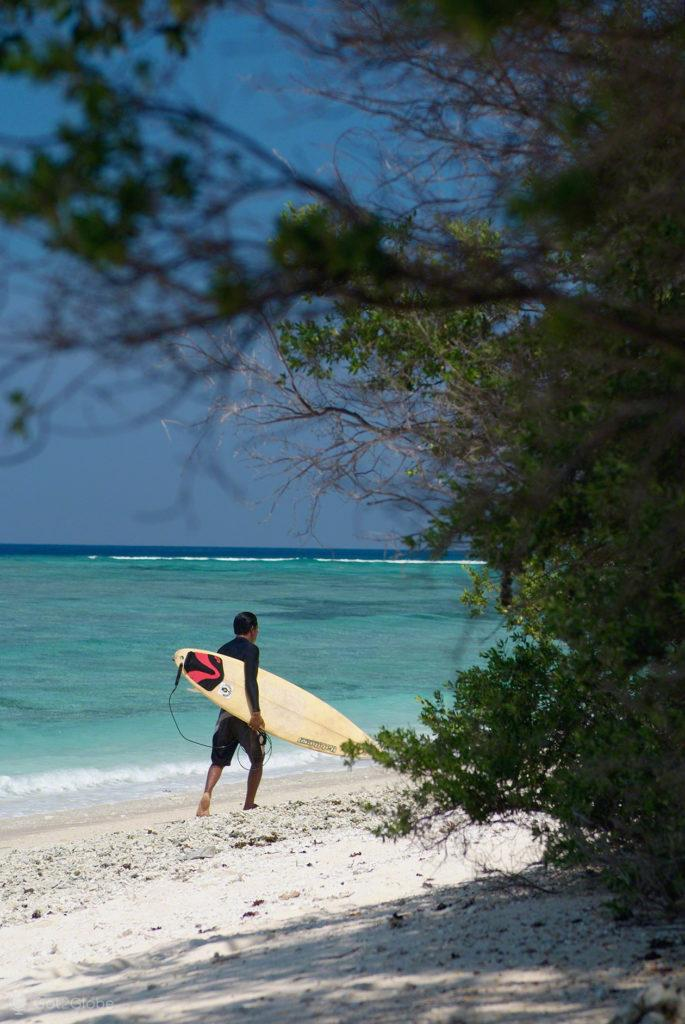 Surfista no areal, ilhas gili, indonesia