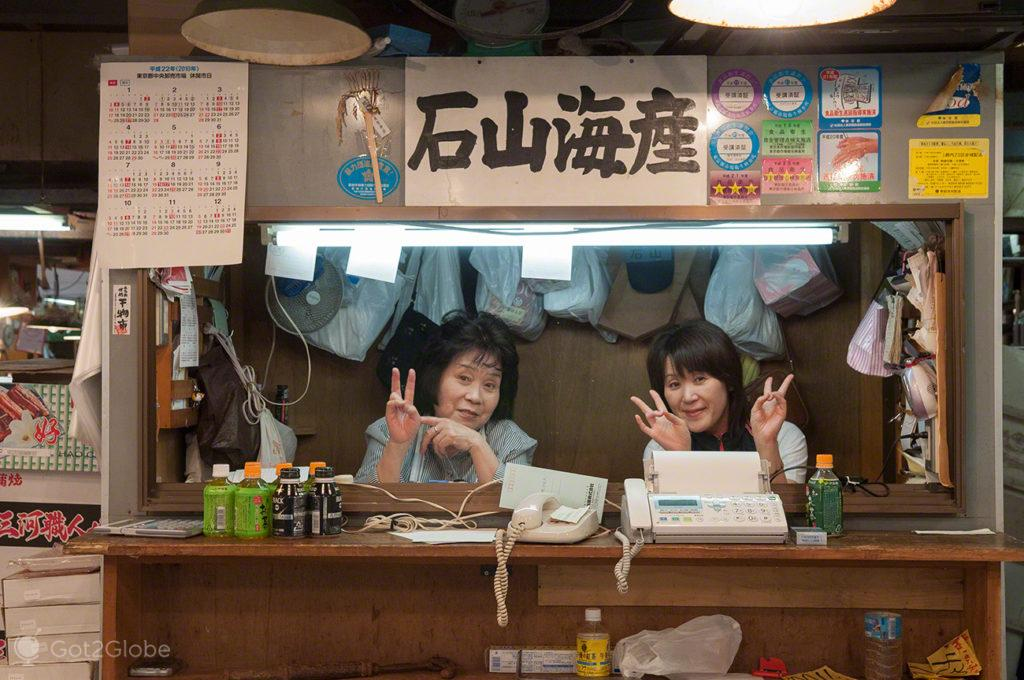 vendedoras, caixas, bancada, peixe, reino deposto, mercado, Tsukiji, toquio, japao