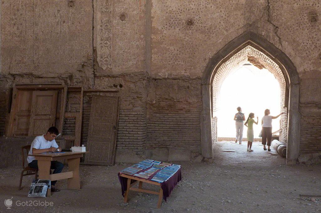 visitantes, edificio madraca, rota da seda, samarcanda, uzbequistao