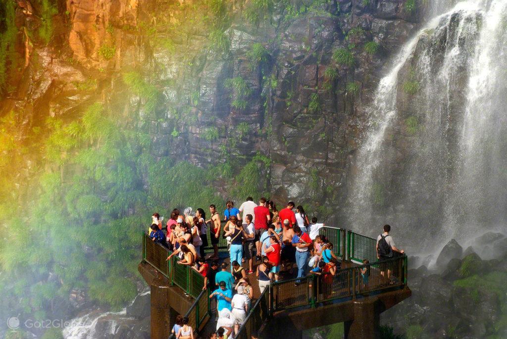 visitantes passadeira, arco iris, cataratas iguacu, brasil, argentina