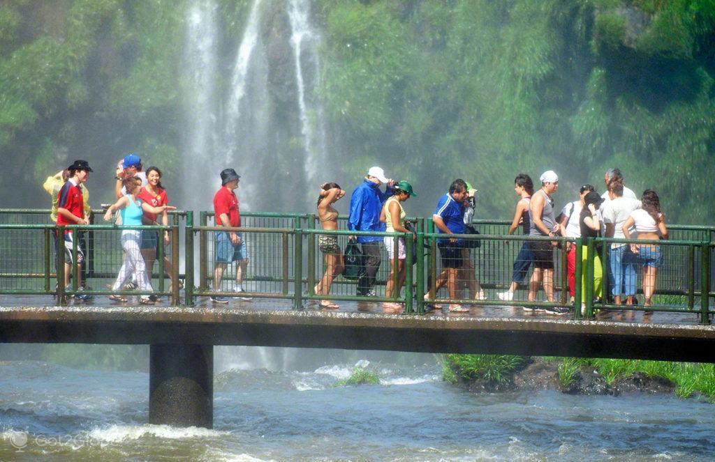 visitantes sobre aguas, cataratas iguacu, brasil, argentina