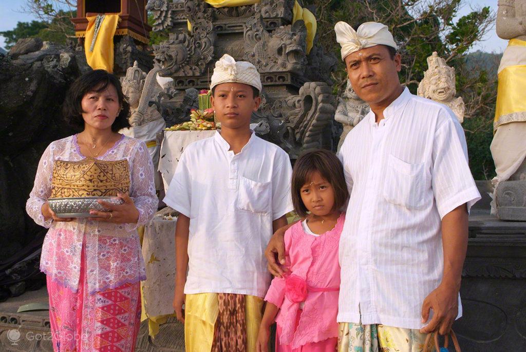 Hinduismo Balinês, Lombok, Indonésia, família no templo Batu Bolong