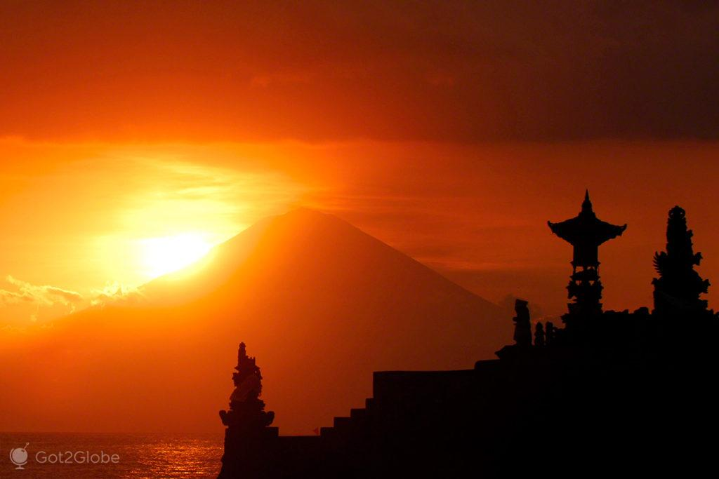 Hinduismo Balinês, Lombok, Indonésia, templo Batu Bolong, vulcão Agung em fundo