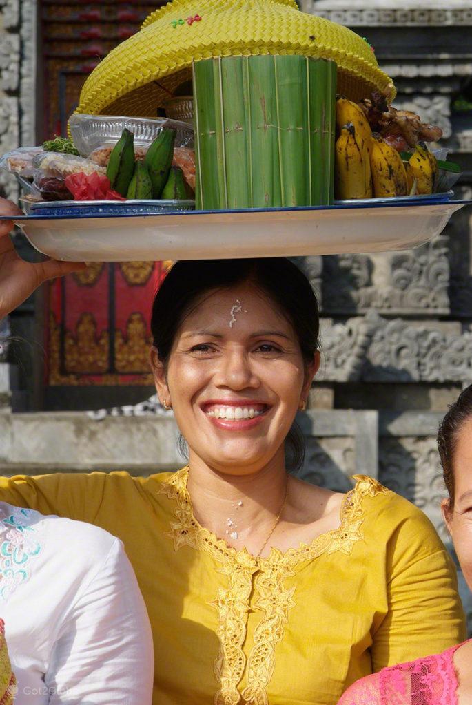 Crente hinduísmo Balinesa com tabuleiro de oferendas Lombok, Indonésia