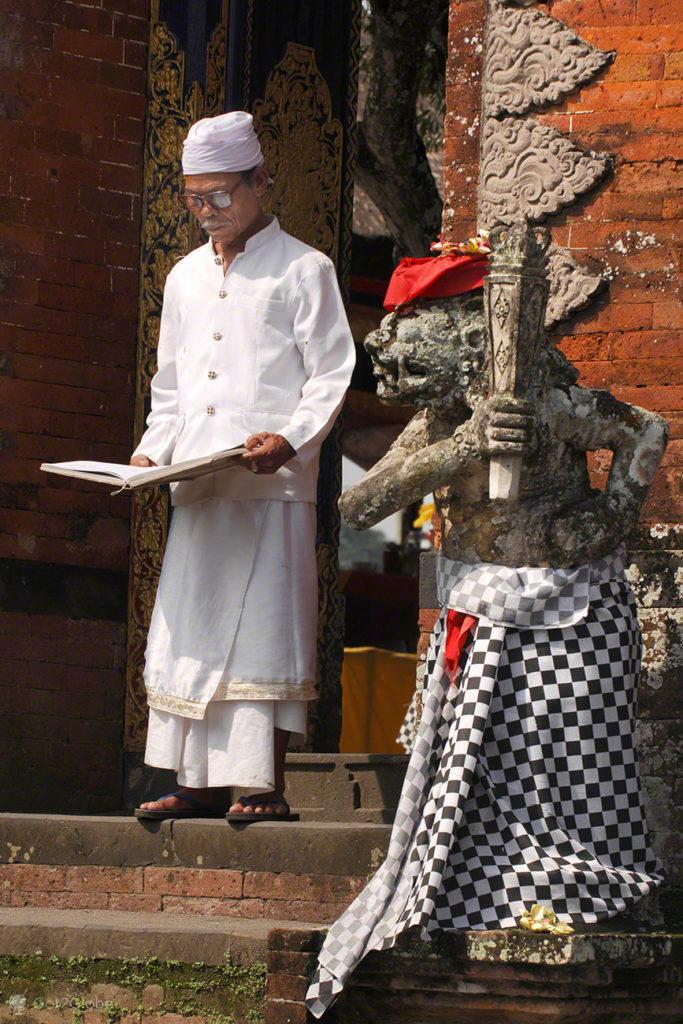 Hinduismo Balinês, Lombok, Indonésia, sacerdote no templo Pura Meru